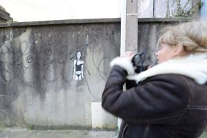 Christine Jegaden en prise de vue dans les rues de Douarnenez