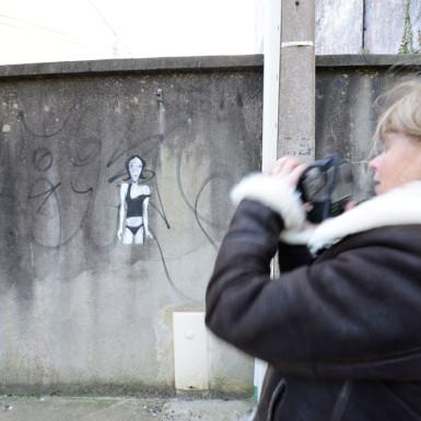 Christine jegaden en prise de vues-street-art dans les rues de Douarnenez